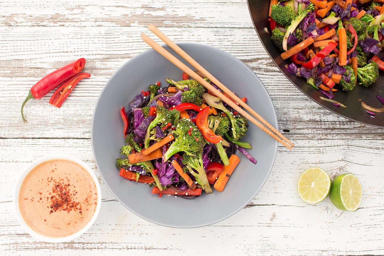 tęczowe warzywa z woka z sosem fistaszkowym