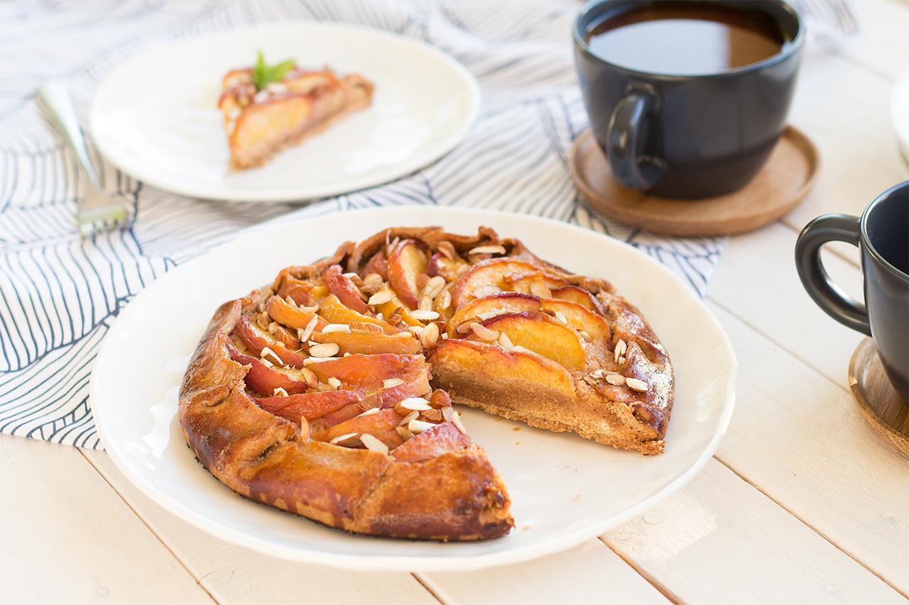 Wegańska tarta z brzoskwiniami i migdałami z kawą