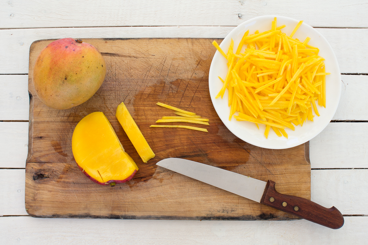 krojenie mango na tajska sałatkę