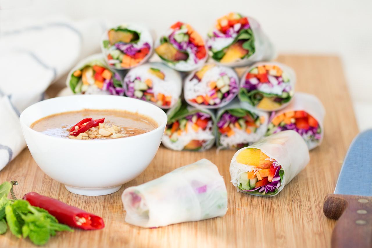 letnie sajgonki z brzoskwinią i sos fistaszkowy