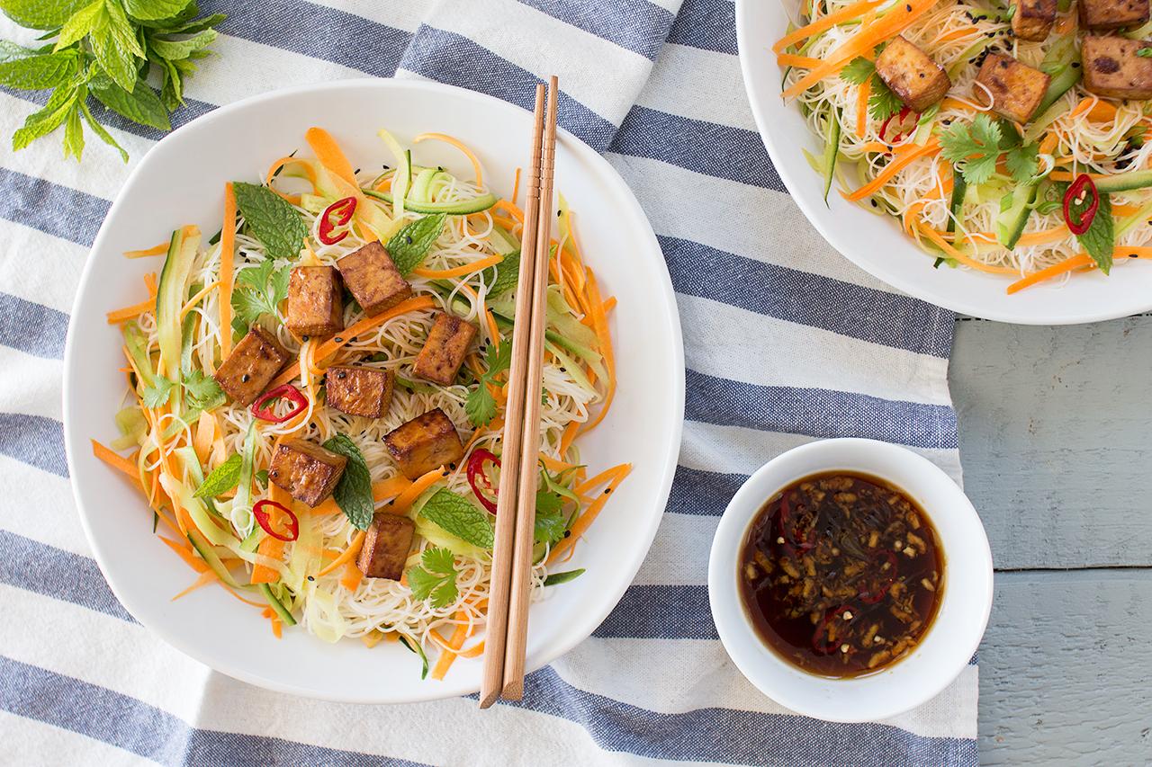 wietnamska sałatka z makaronem ryżowym i tofu dla dwojga