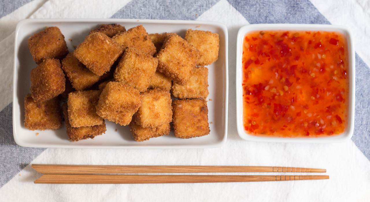 chrupiące tofu i sos obok siebie