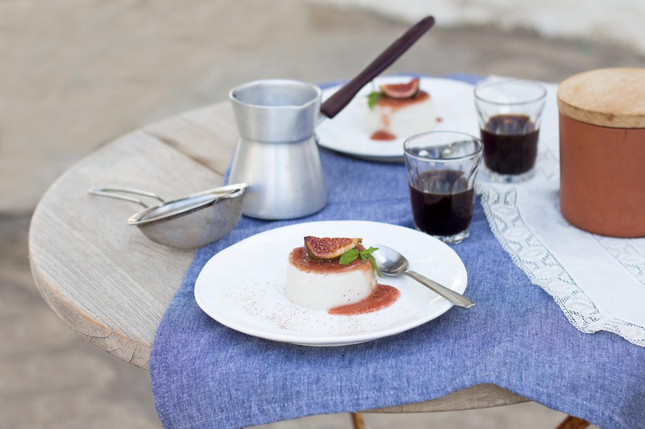 wegańska panna cotta z figami na stole