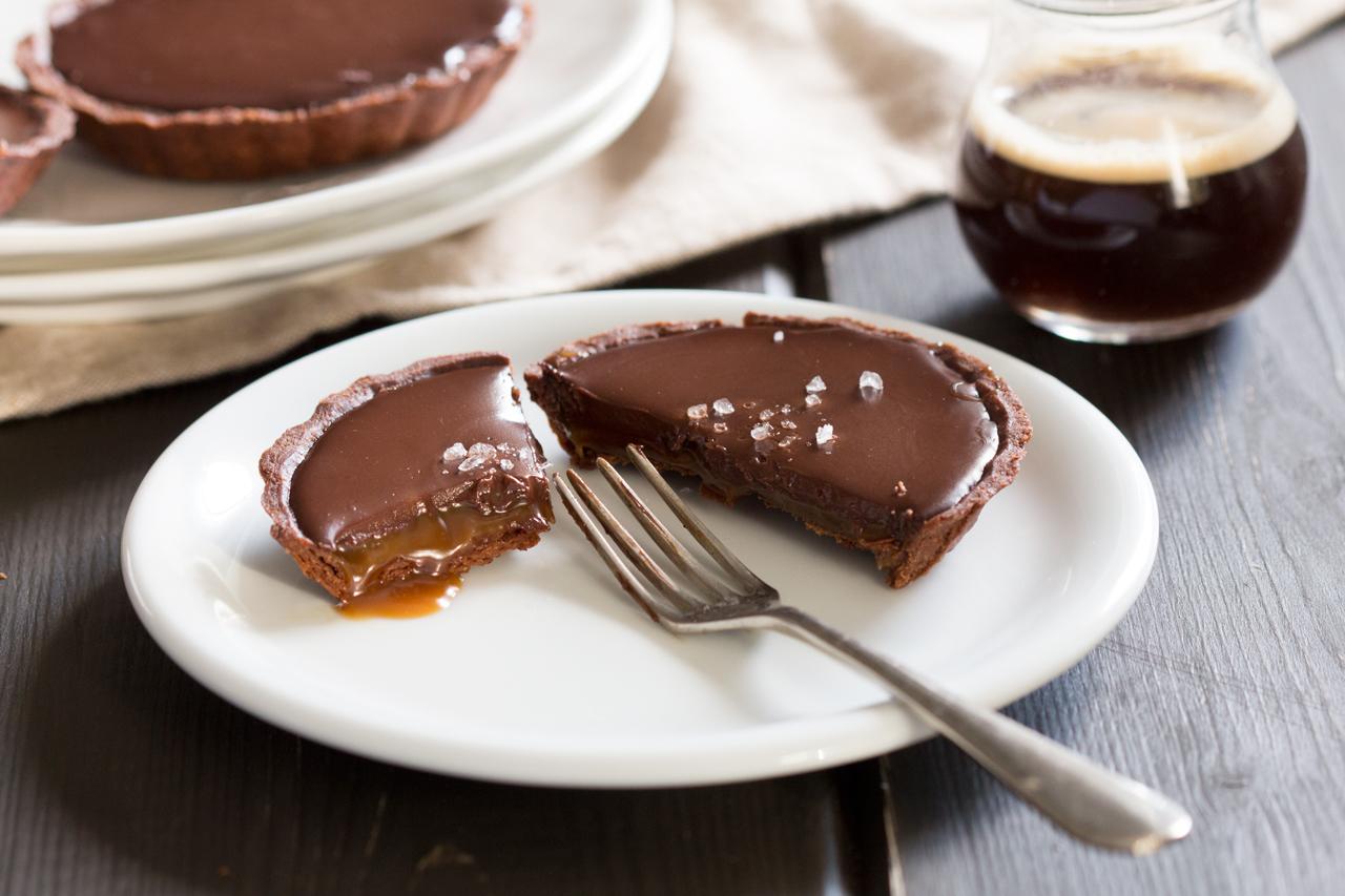 wegańska tarta czekoladowa ze słonym karmelem