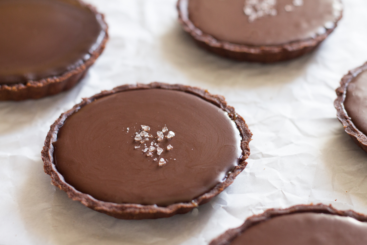 wegańskie tarty czekoladowe ze słonym karmelem detal