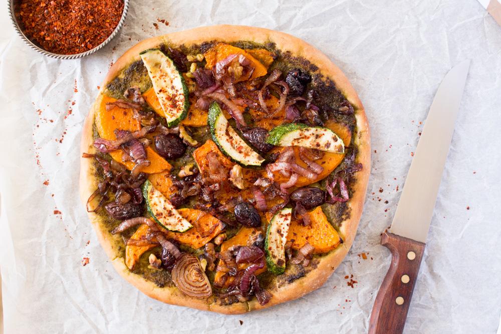 wegańska pizza z dynią niepokrojona