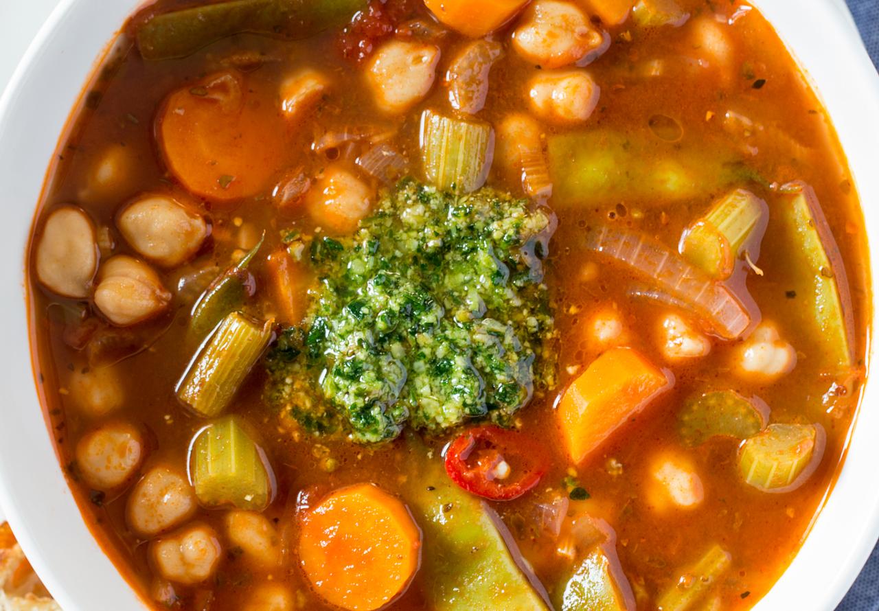 zupa z warzywami, cieciorką i pesto z góry