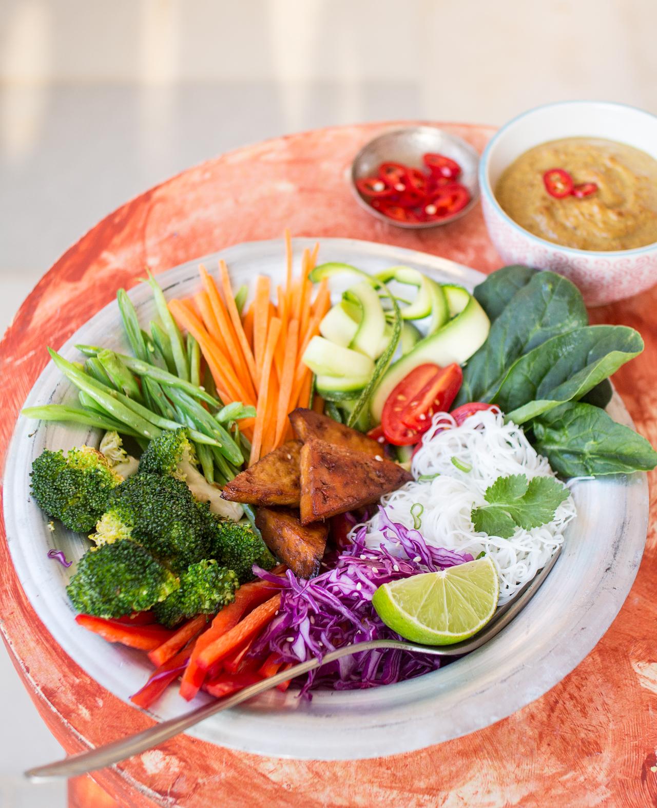 gado gado indonezyjska sałatka z boku