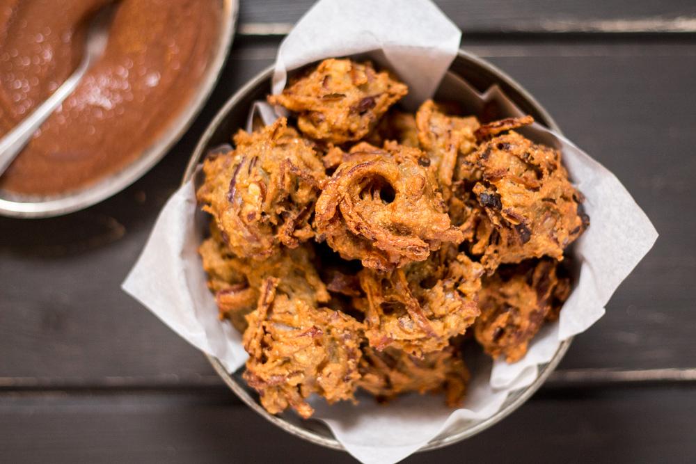 cebulowe bhaji i daktylowe chutney z góry