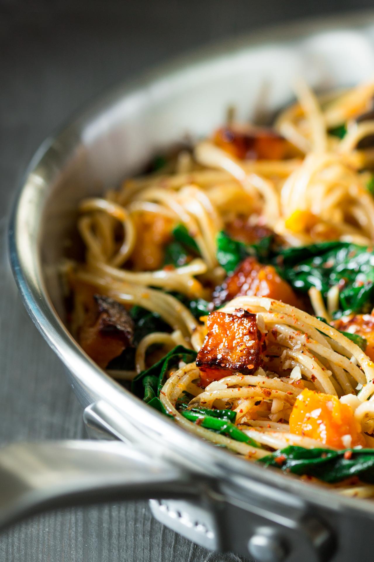 spaghetti z dynią, szpinakiem i orzechami zbliżenie