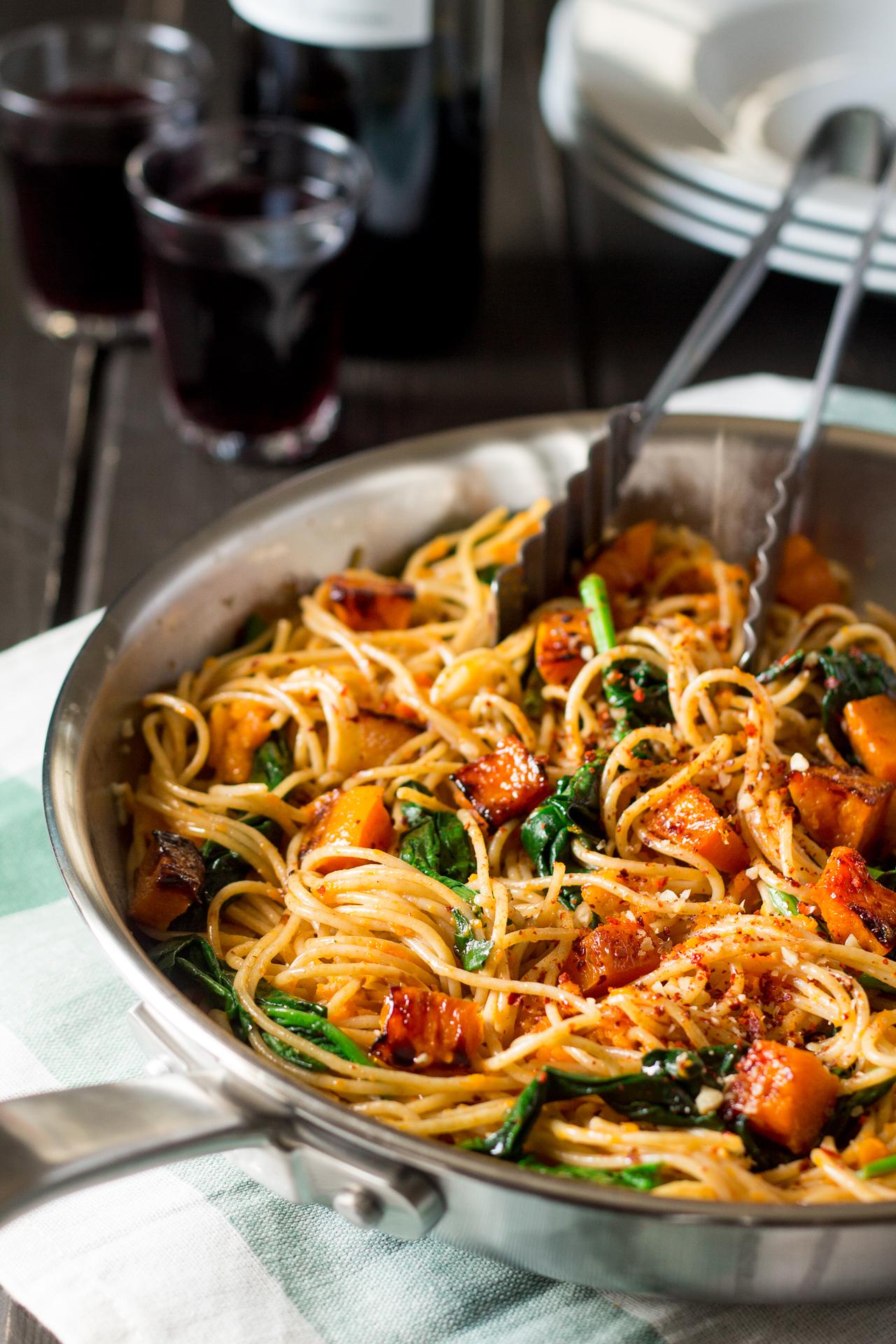 spaghetti z dynią, szpinakiem i orzechami na patelni