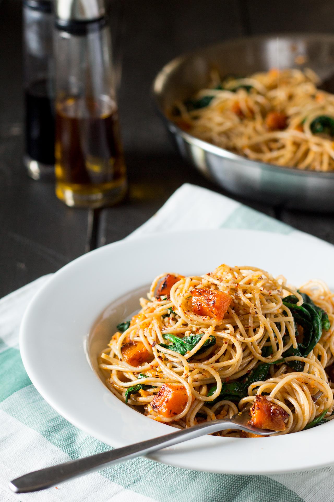 spaghetti z dynią, szpinakiem i orzechami porcja