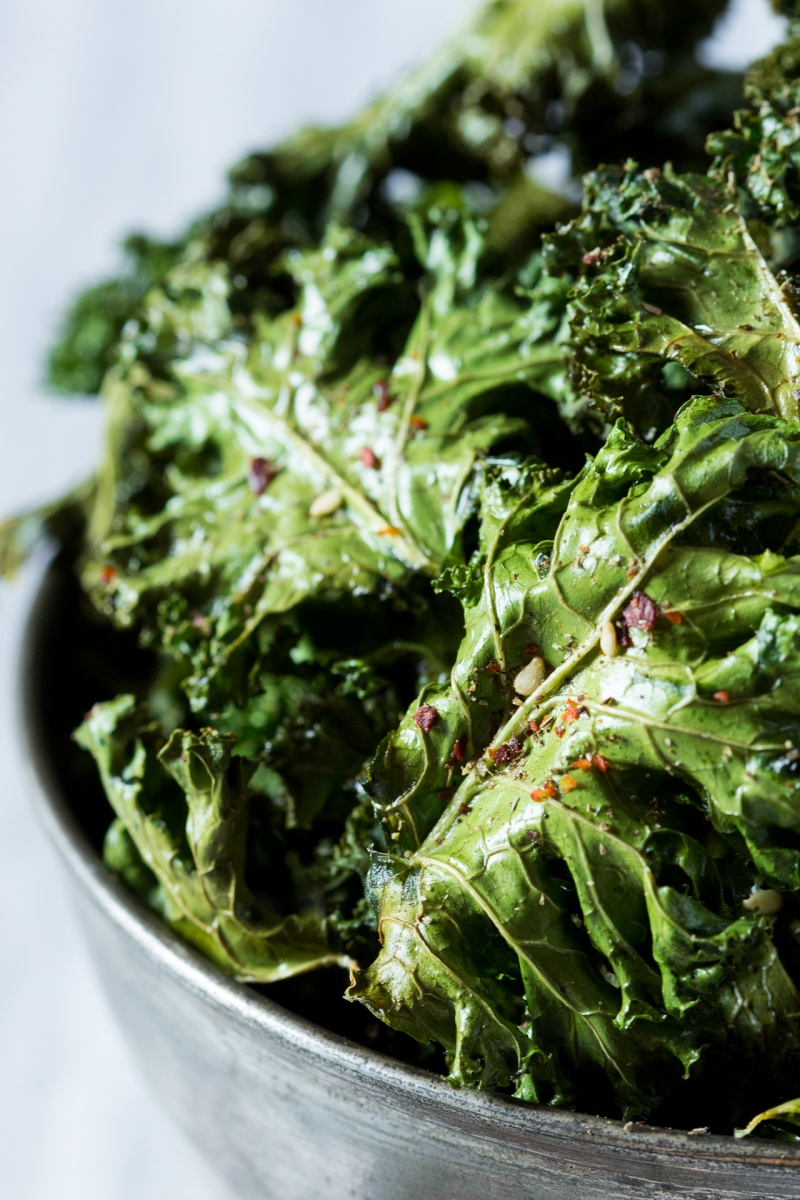 vegan kale chips with zaatar close up