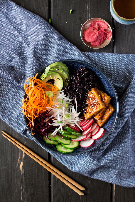 wegańska miseczka sushi z góry