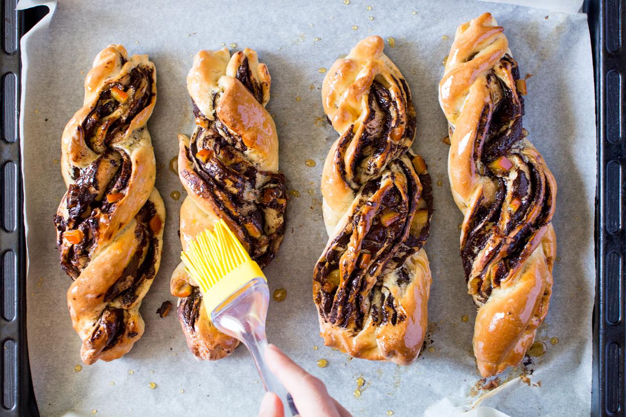 drożdżowe twisty z czekoladą i pomarańczami glazura