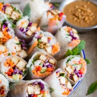 świeże sajgonki z fistaszkowym tofu z sosem