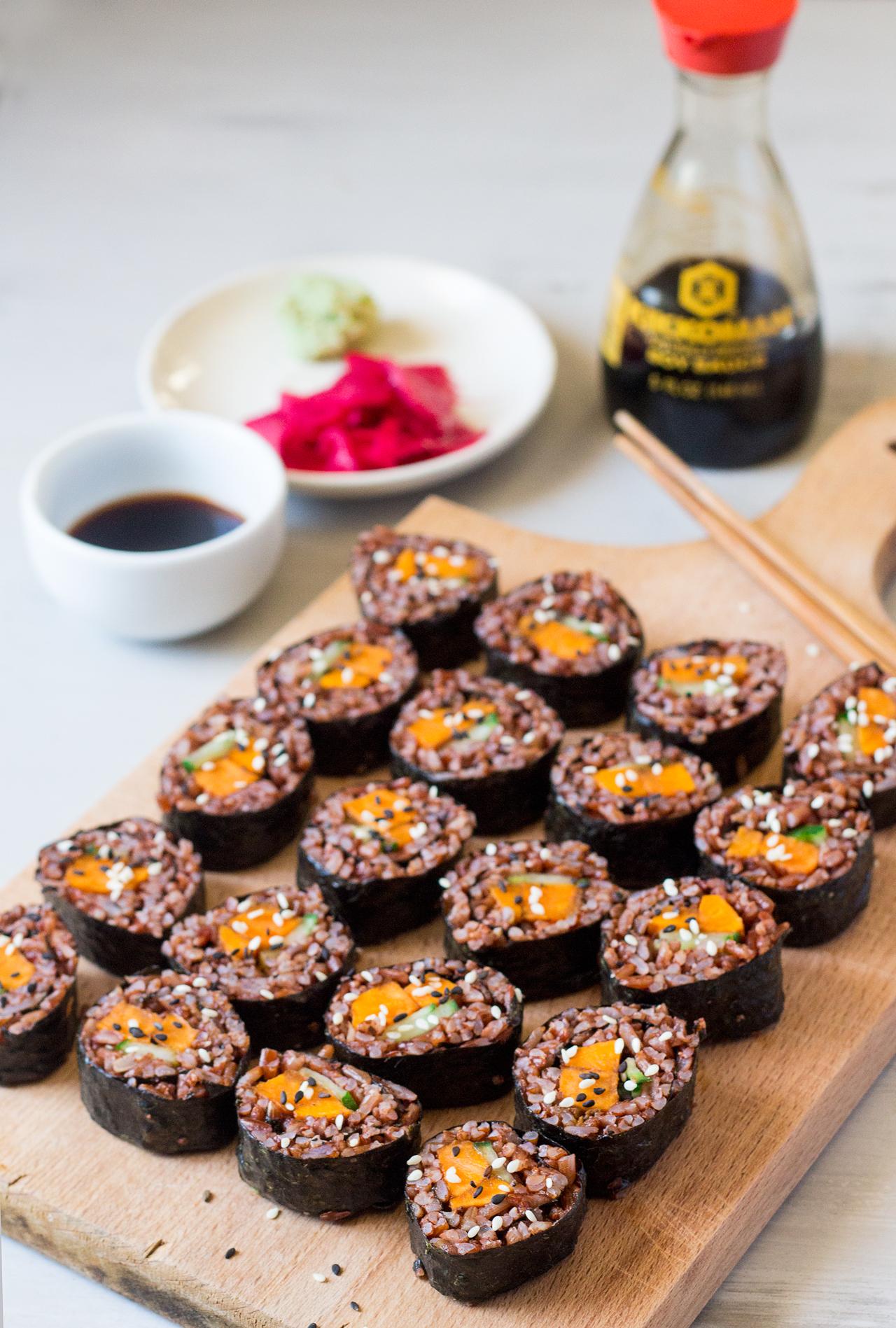 sushi z batatem w marynacie miso na desce
