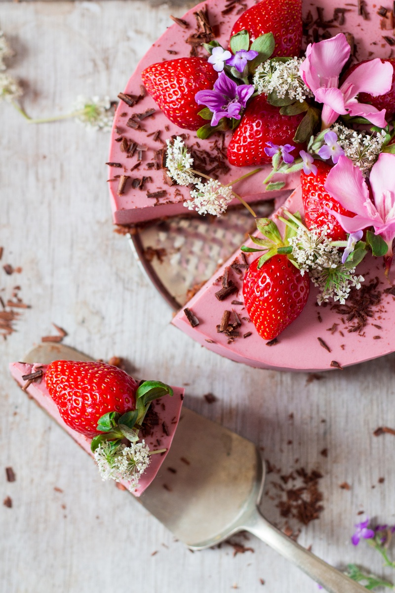 vegan oilfree strawberry cheesecake slice out
