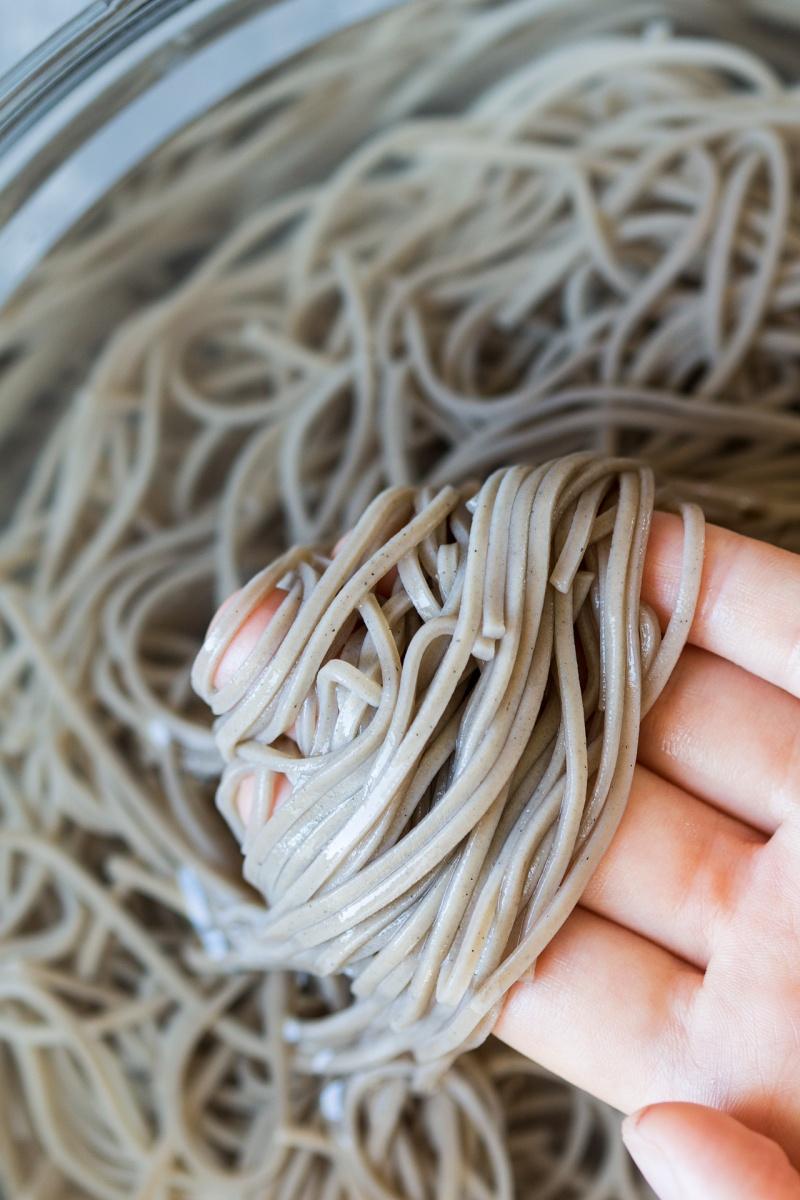 sesame soba noodles rinsing