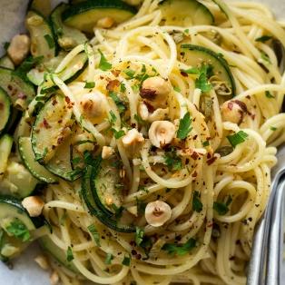 spaghetti aglio e olio close