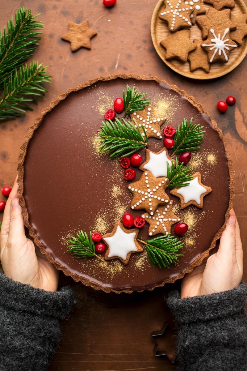 gingerbread amaretto chocolate tart hands