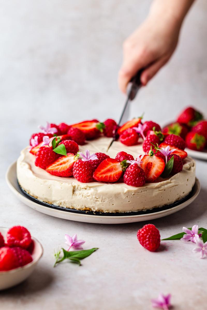 no bake vegan cheesecake cutting