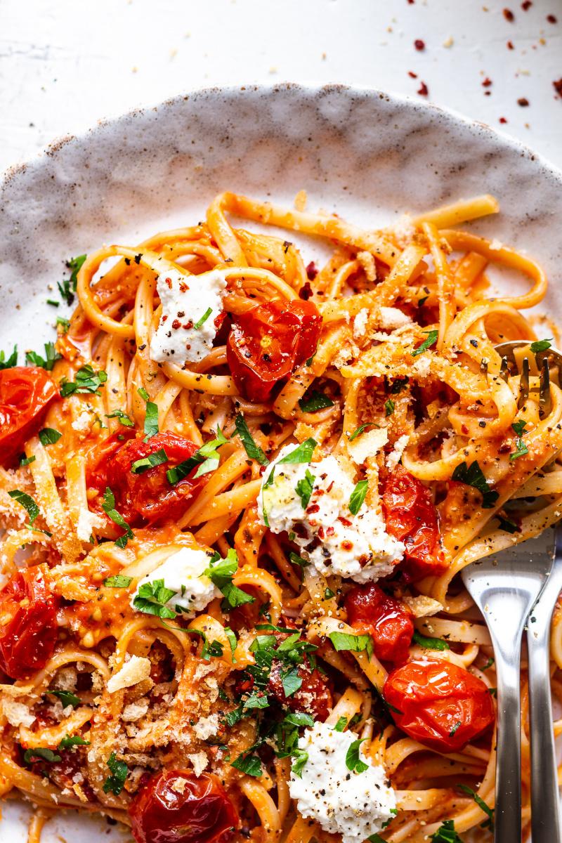 pasta saus tomat panggang close up